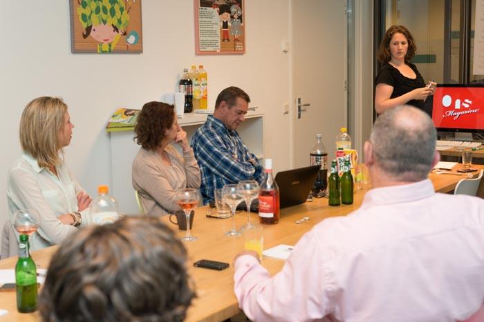 Een presentatie wordt gehouden voor een kleine groep.